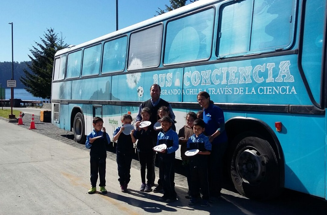 El Bus ConCiencia hizo a los niños de Neltume y Puerto Fuy aprender más sobre el mundo que los rodea.
